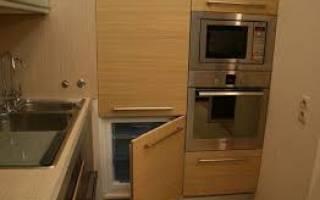 Как встроить холодильник в шкаф на кухне?